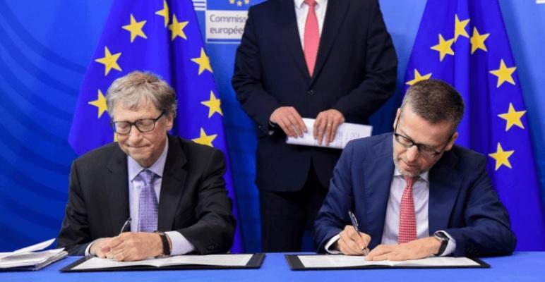 Bill Gates pri podpisovaní dokumentov