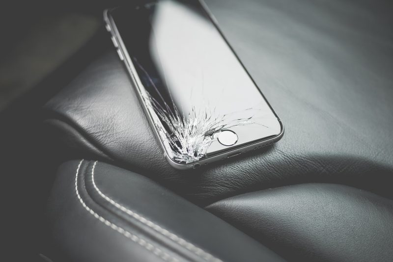 rozbity telefon tit